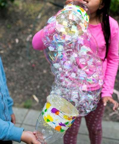 рисуем мыльными пузырями и пластиковая бутылка